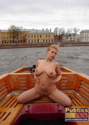 Девушка плавает на теплоходе в Санкт-Петербурге и при этом показывает полностью обнаженное тело - фото 19