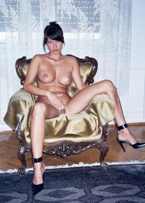 Сексуальная брюнетка Майя показывает стройное тело, принимая самые откровенные позы - фото 16