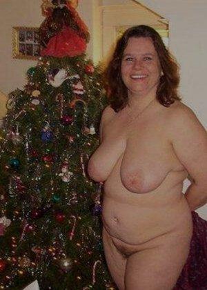 Зрелые пышечки встречают Новый год и упускают возможности показать себя без одежды перед всеми - фото 2