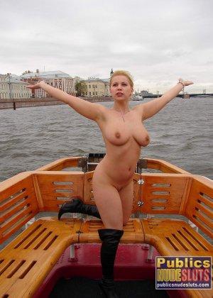 Девушка плавает на теплоходе в Санкт-Петербурге и при этом показывает полностью обнаженное тело - фото 6