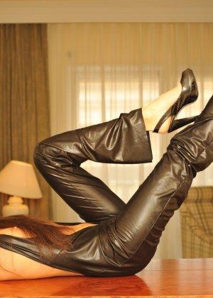 Сексуальная русская кошечка хоть и не обладает грудью, но всё же очень привлекательно выглядит - фото 3