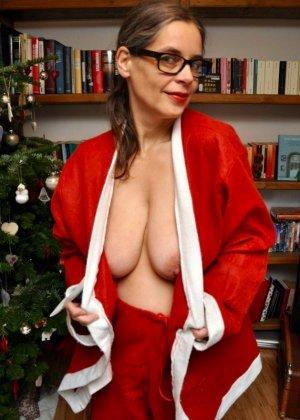 Раскованные женщины примеряют новогодние наряды и показывают себя в них, постепенно обнажаясь - фото 16