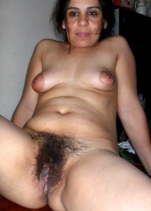 Зрелая женщина без стеснения показывает свою густо волосатую пизду – она против бритья, ей нравится естественность - фото 24