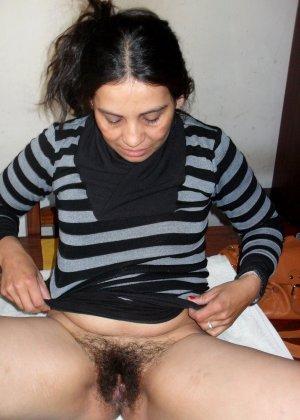 Мексиканская зрелая женщина демонстративно показывает свою волосатую пизду – она совсем не бреется - фото 6