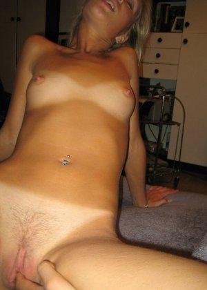 Смелая блондинка позирует в разных ракурсах и даже разрешает снимать себя во время секса - фото 29