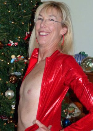 Зрелые парочки встречают Рождество и при этом не стесняются раздеваться перед камерами около елки - фото 21