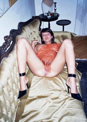 Сексуальная брюнетка Майя показывает стройное тело, принимая самые откровенные позы - фото 35