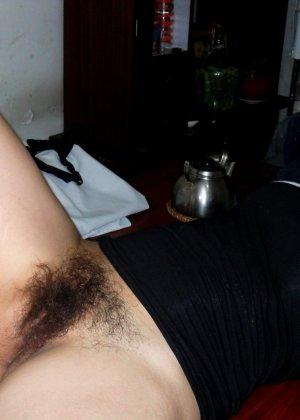 Зрелая женщина без стеснения показывает свою густо волосатую пизду – она против бритья, ей нравится естественность - фото 14
