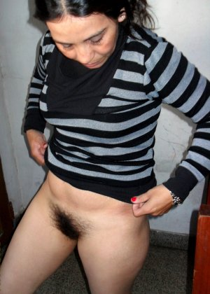 Мексиканская зрелая женщина демонстративно показывает свою волосатую пизду – она совсем не бреется - фото 1