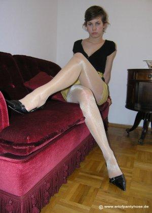 Немецкая студентка Шарлотта немного стесняется, но все же позирует в разной одежде и белье - фото 37