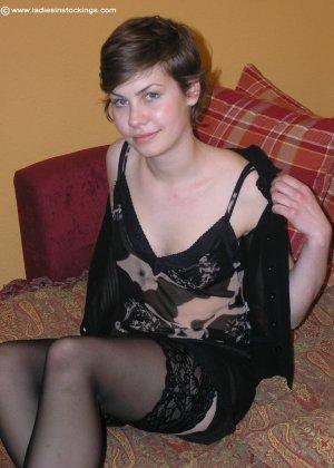 Немецкая студентка Шарлотта немного стесняется, но все же позирует в разной одежде и белье - фото 24