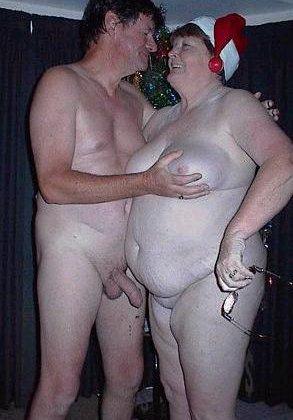 Зрелые парочки встречают Рождество и при этом не стесняются раздеваться перед камерами около елки - фото 13