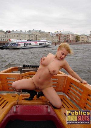 Девушка плавает на теплоходе в Санкт-Петербурге и при этом показывает полностью обнаженное тело - фото 11