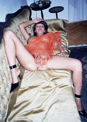 Сексуальная брюнетка Майя показывает стройное тело, принимая самые откровенные позы - фото 31