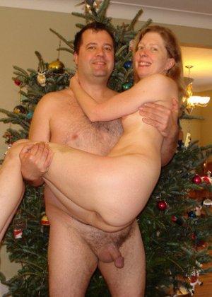 Зрелые парочки встречают Рождество и при этом не стесняются раздеваться перед камерами около елки - фото 33
