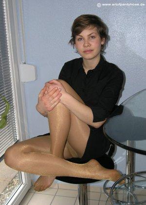 Немецкая студентка Шарлотта немного стесняется, но все же позирует в разной одежде и белье - фото 9