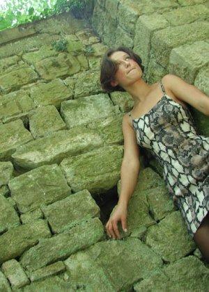 Женщина дразнит своим телом, иногда показывая обнаженные участки – ей нравится быть соблазнительницей - фото 20