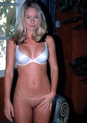 Смелая блондинка позирует в разных ракурсах и даже разрешает снимать себя во время секса - фото 2