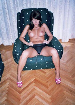Сексуальная брюнетка Майя показывает стройное тело, принимая самые откровенные позы - фото 34