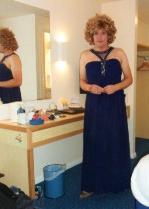 Зрелая женщина в элегантном платье лишь немного показывает эротики, но в основном стесняется - фото 20