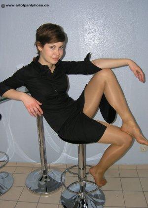 Немецкая студентка Шарлотта немного стесняется, но все же позирует в разной одежде и белье - фото 8