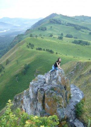 Карина любит путешествовать, но и снимать себя в обнажённом виде ей тоже очень нравится - фото 26
