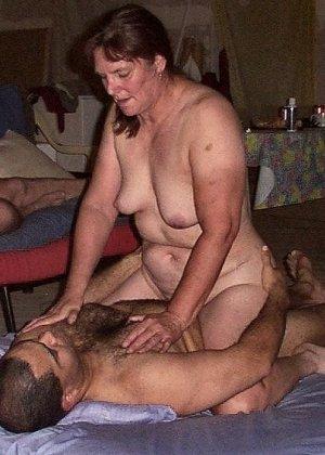 Зрелая парочка решает снять домашнее порно – они меняют разные позы и забывают о стеснении - фото 32