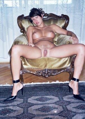 Сексуальная брюнетка Майя показывает стройное тело, принимая самые откровенные позы - фото 8