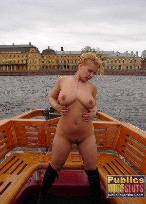 Девушка плавает на теплоходе в Санкт-Петербурге и при этом показывает полностью обнаженное тело - фото 24
