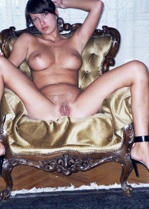 Сексуальная брюнетка Майя показывает стройное тело, принимая самые откровенные позы - фото 18