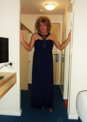 Зрелая женщина в элегантном платье лишь немного показывает эротики, но в основном стесняется - фото 3