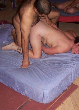 Зрелая парочка решает снять домашнее порно – они меняют разные позы и забывают о стеснении - фото 3