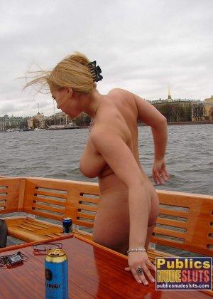 Девушка плавает на теплоходе в Санкт-Петербурге и при этом показывает полностью обнаженное тело - фото 1