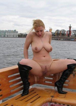Девушка плавает на теплоходе в Санкт-Петербурге и при этом показывает полностью обнаженное тело - фото 51