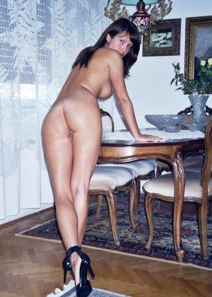 Сексуальная брюнетка Майя показывает стройное тело, принимая самые откровенные позы - фото 45