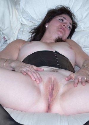 Немолодая женщина любит эксперименты, поэтому не прочь переодеваний и съемки во время секса - фото 1