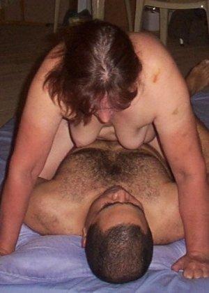 Зрелая парочка решает снять домашнее порно – они меняют разные позы и забывают о стеснении - фото 25