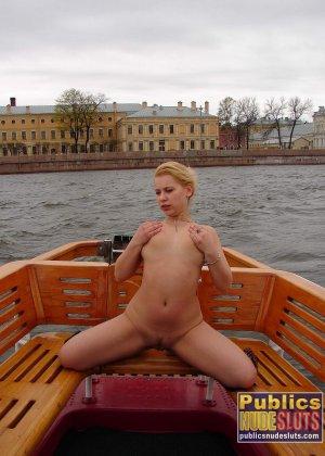 Девушка плавает на теплоходе в Санкт-Петербурге и при этом показывает полностью обнаженное тело - фото 20