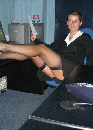 Опытная женщина показывает свои умения владеть оральным мастерством на практике перед камерой - фото 7