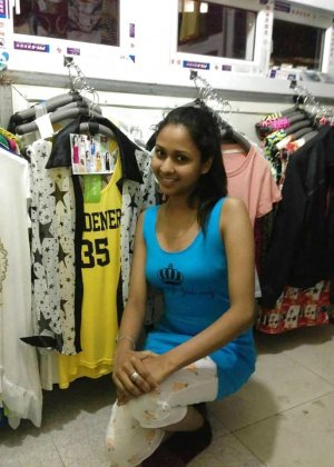 Экзотическая девушка из Шри-Ланки очень мила и соглашается на просьбы раздеться перед камерой - фото 6