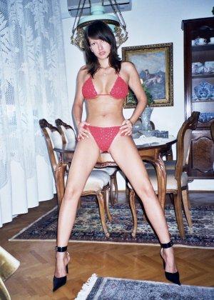 Сексуальная брюнетка Майя показывает стройное тело, принимая самые откровенные позы - фото 38