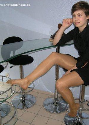 Немецкая студентка Шарлотта немного стесняется, но все же позирует в разной одежде и белье - фото 10