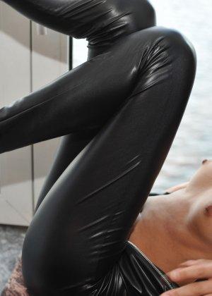 Сексуальная русская кошечка хоть и не обладает грудью, но всё же очень привлекательно выглядит - фото 33
