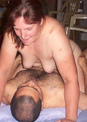 Зрелая парочка решает снять домашнее порно – они меняют разные позы и забывают о стеснении - фото 22