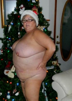 Зрелые пышечки встречают Новый год и упускают возможности показать себя без одежды перед всеми - фото 17