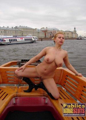 Девушка плавает на теплоходе в Санкт-Петербурге и при этом показывает полностью обнаженное тело - фото 10