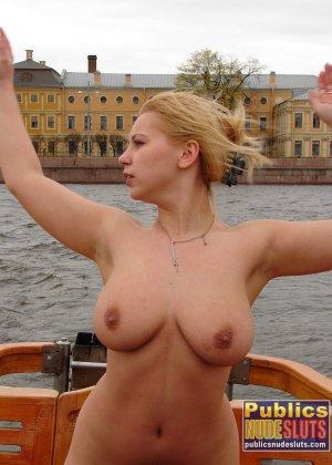Девушка плавает на теплоходе в Санкт-Петербурге и при этом показывает полностью обнаженное тело - фото 23