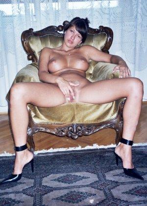 Сексуальная брюнетка Майя показывает стройное тело, принимая самые откровенные позы - фото 10