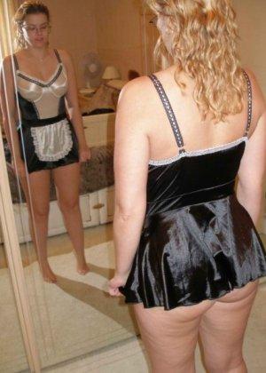 Девушки смотрят на себя в зеркало, оценивают фигуру и дают всем остальным тоже лицезреть себя - фото 3