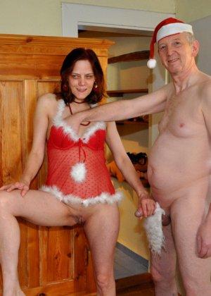 Зрелые парочки встречают Рождество и при этом не стесняются раздеваться перед камерами около елки - фото 10